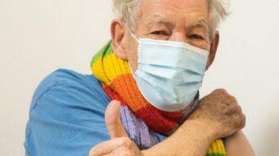 Ian McKellen é vacinado contra Covid-19