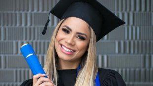 Lexa comemora conclusão da graduação em Marketing