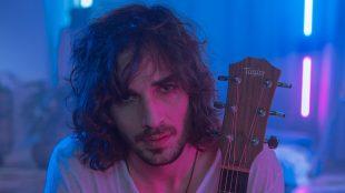 Confinado no BBB, Fiuk lança clipe para 'Amor da Minha Vida'