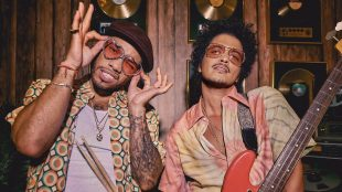 Bruno Mars e Anderson .Paak lançam 'Leave the Door Open'