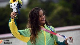 Artistas comemoram medalha de prata de Rayssa Leal nas olimpíadas