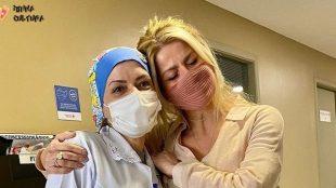 Karina Bacchi volta ao posto onde foi vacinada contra Covid-19 para tirar dúvidas