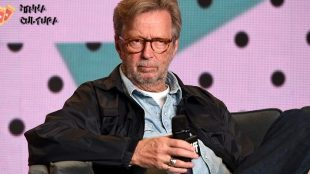 Eric Clapton lança música antivacina e choca fãs